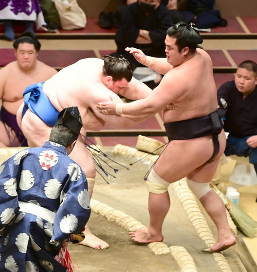 碧山(左)は妙義龍を寄り切りで破る(撮影・小沢裕)