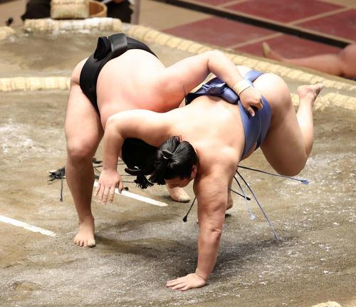 翔猿(右)を下手投げで破る霧馬山(撮影・鈴木正人)