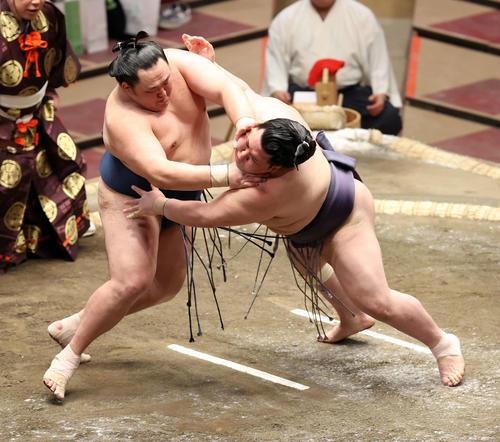 阿武咲(右)を突き落としで破る玉鷲(撮影・鈴木正人)