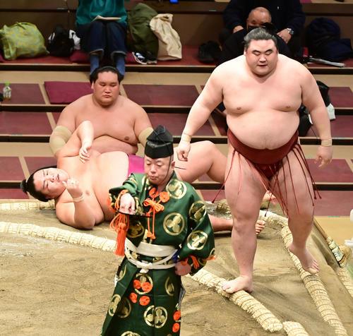 御嶽海(左)は隆の勝に寄り切りで敗れる(撮影・小沢裕)