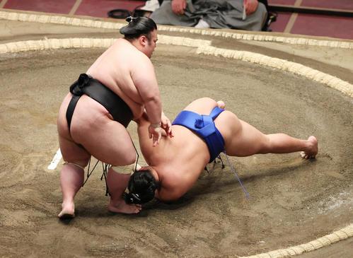 琴勝峰(右)を突き落としで破る貴景勝(撮影・野上伸悟)