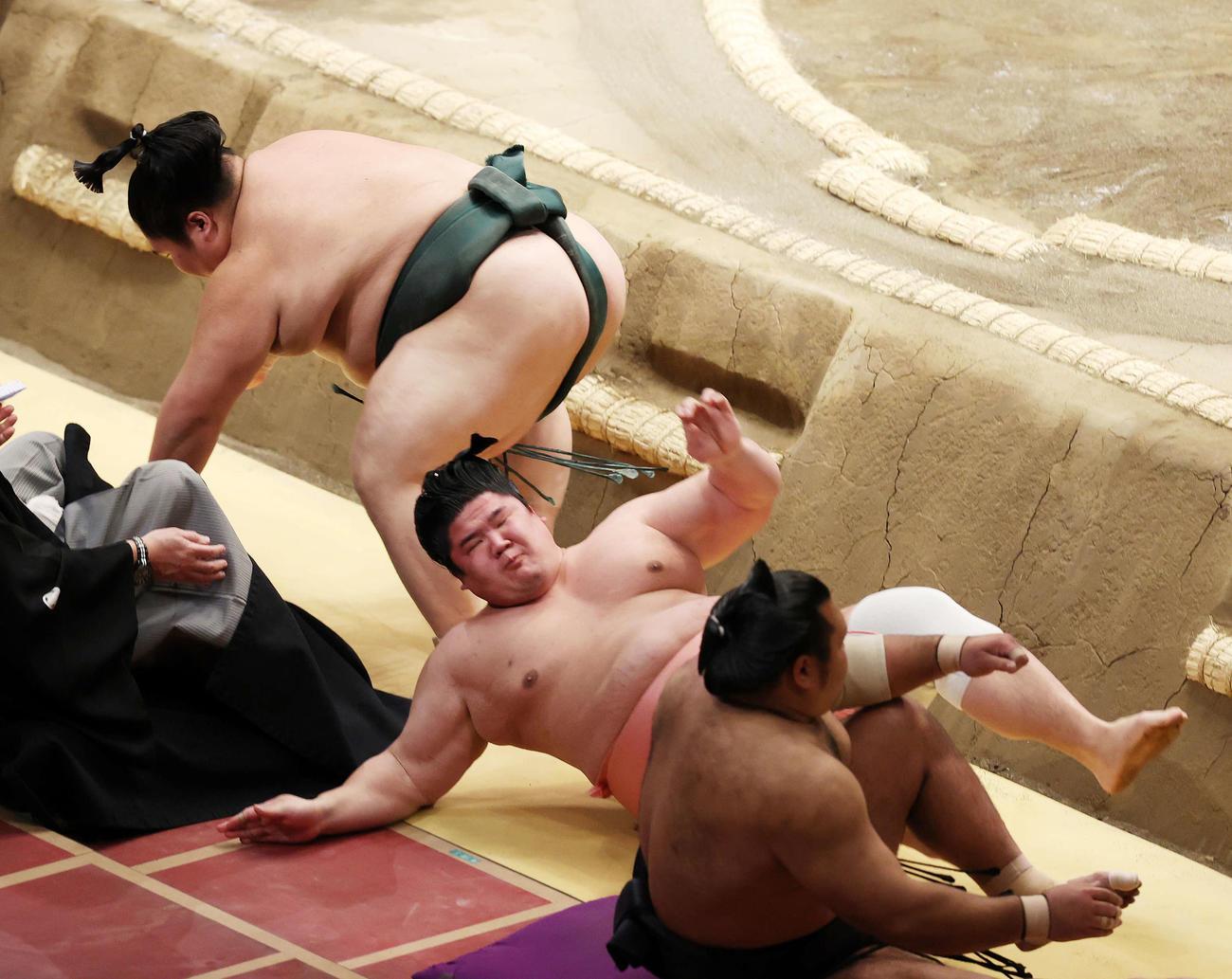 大翔丸(左)に押し倒しで敗れる宇良(撮影・鈴木正人)