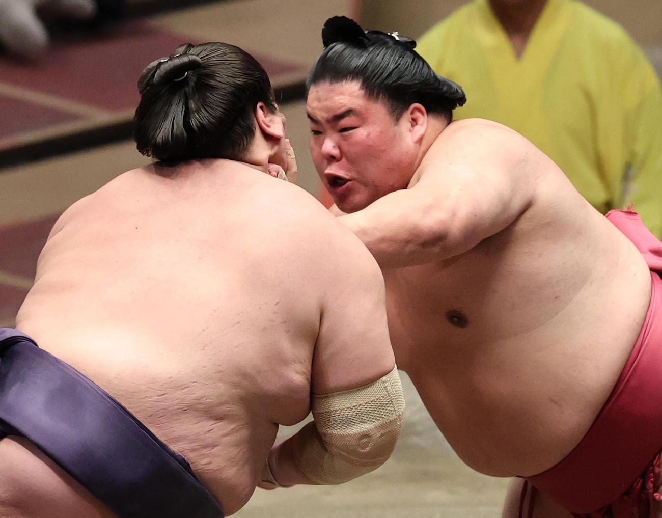 照ノ富士(左)を押し出しで破った大栄翔(撮影・野上伸悟)