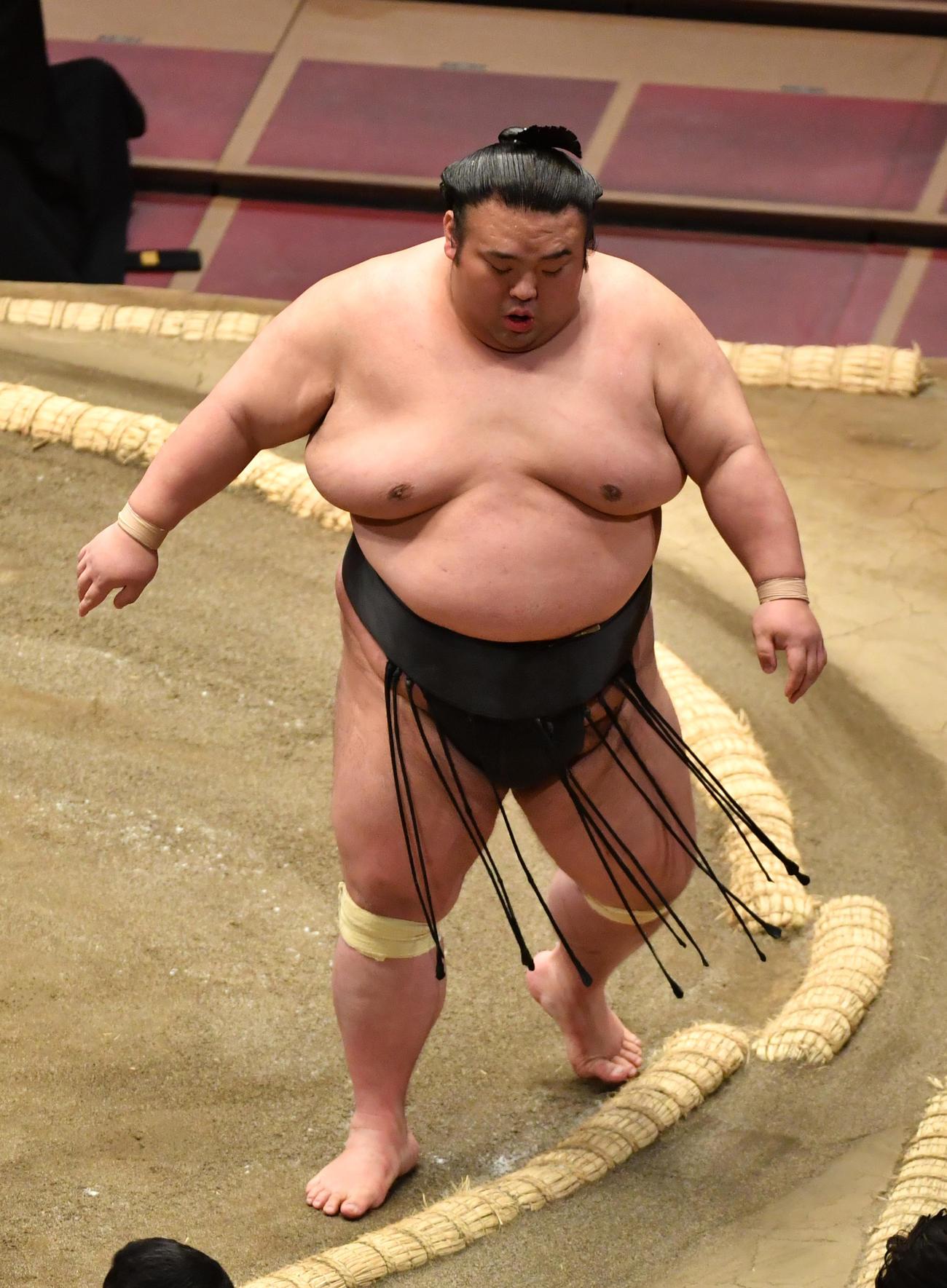 貴景勝は阿武咲に押し出しで敗れる(撮影・柴田隆二)