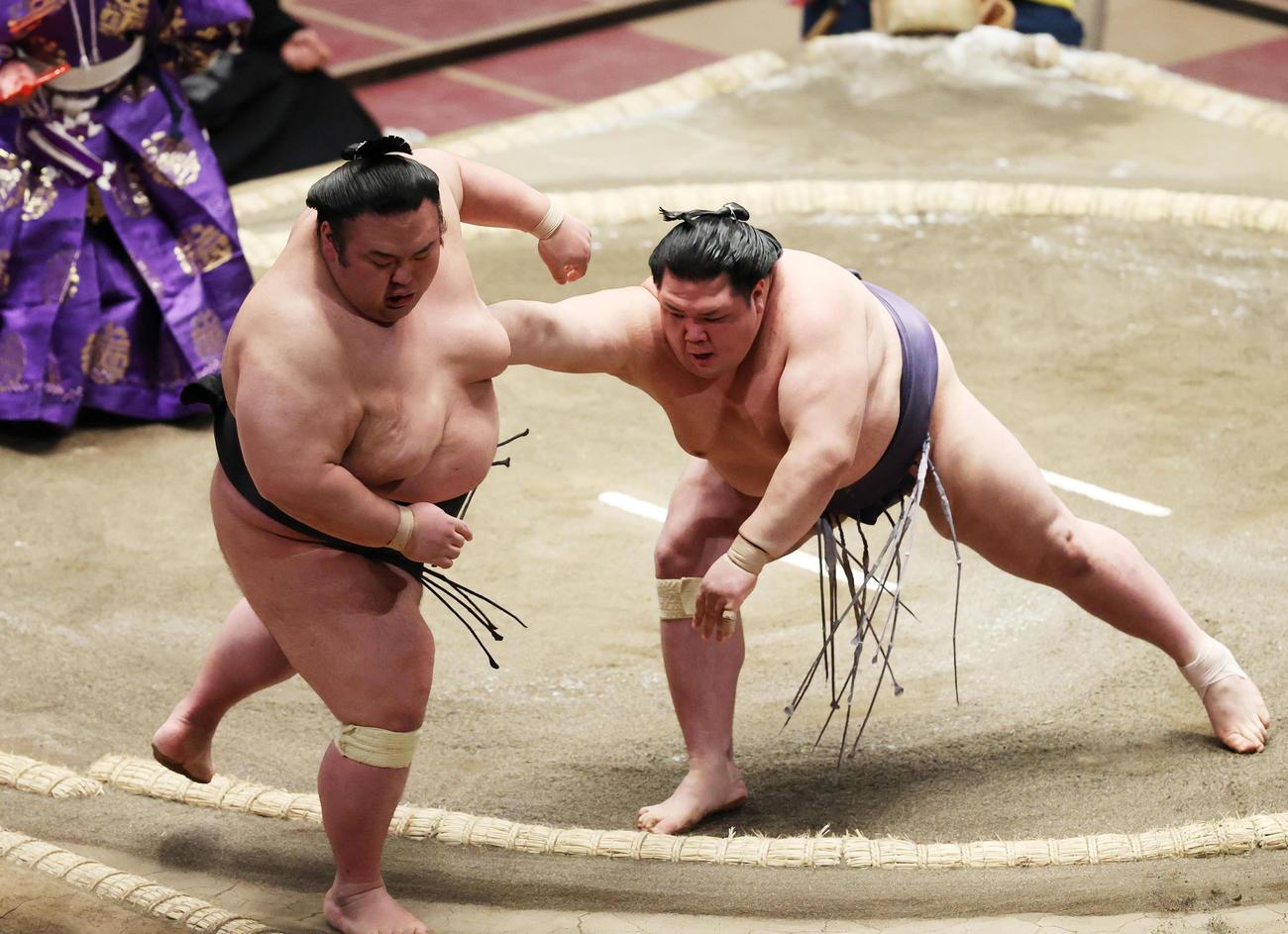 貴景勝(左)を押し出しで破る阿武咲(撮影・野上伸悟)
