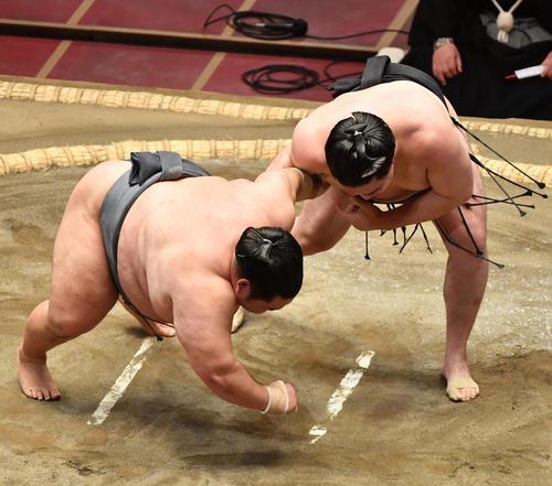 竜電(右)は徳勝龍を上手出し投げで破る(撮影・柴田隆二)