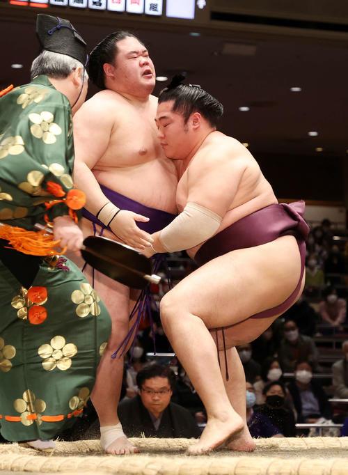 遠藤(右)に寄り切りで敗れる明生(撮影・鈴木正人)