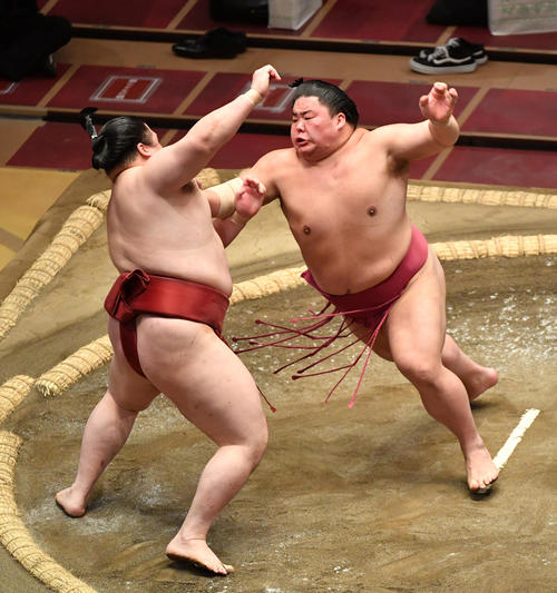 大栄翔(右)は隆の勝を押し出しで破る(撮影・柴田隆二)