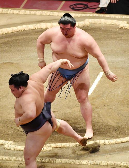 正代(上)は阿武咲を押し出しで破る(撮影・柴田隆二)