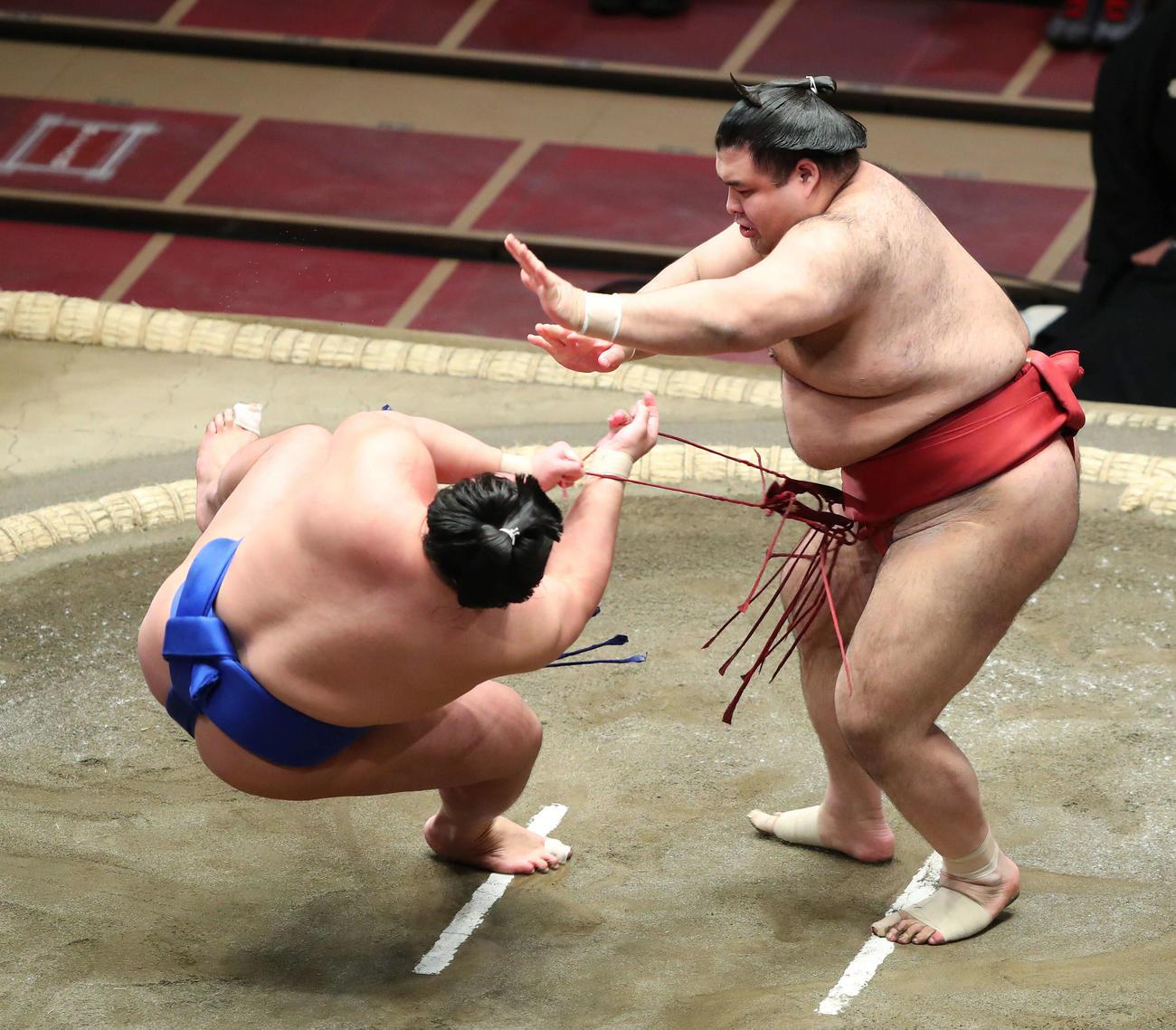 琴勝峰(左)を上手出し投げで破る高安(撮影・河田真司)