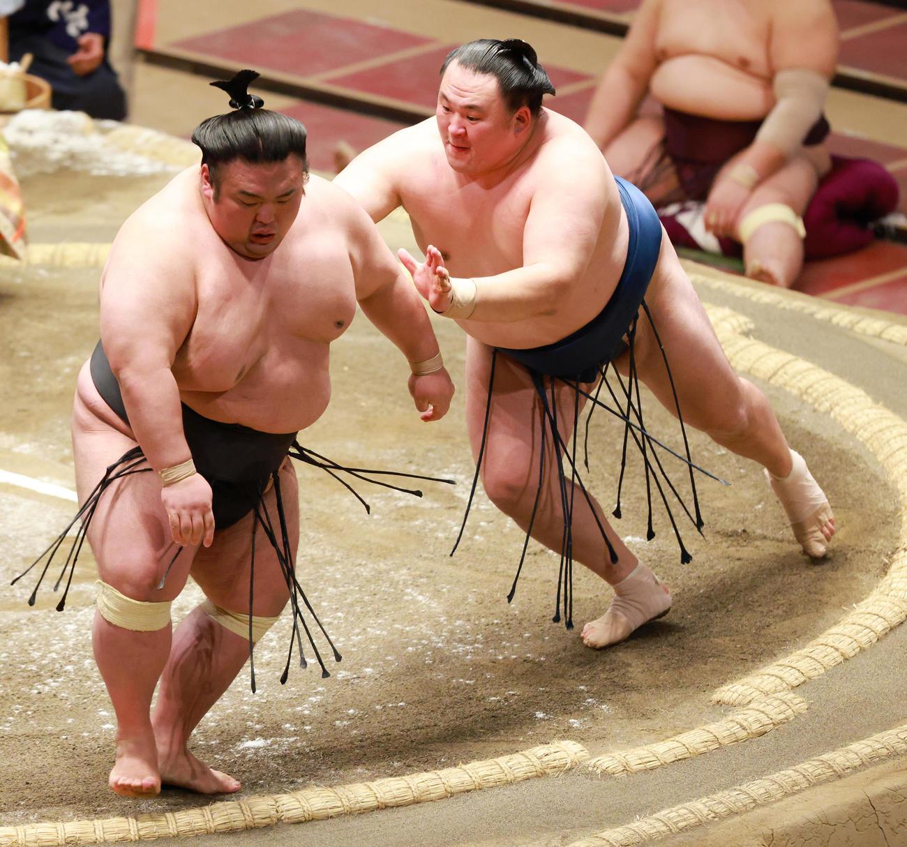 玉鷲(右)に送り出しで敗れる貴景勝(撮影・中島郁夫)