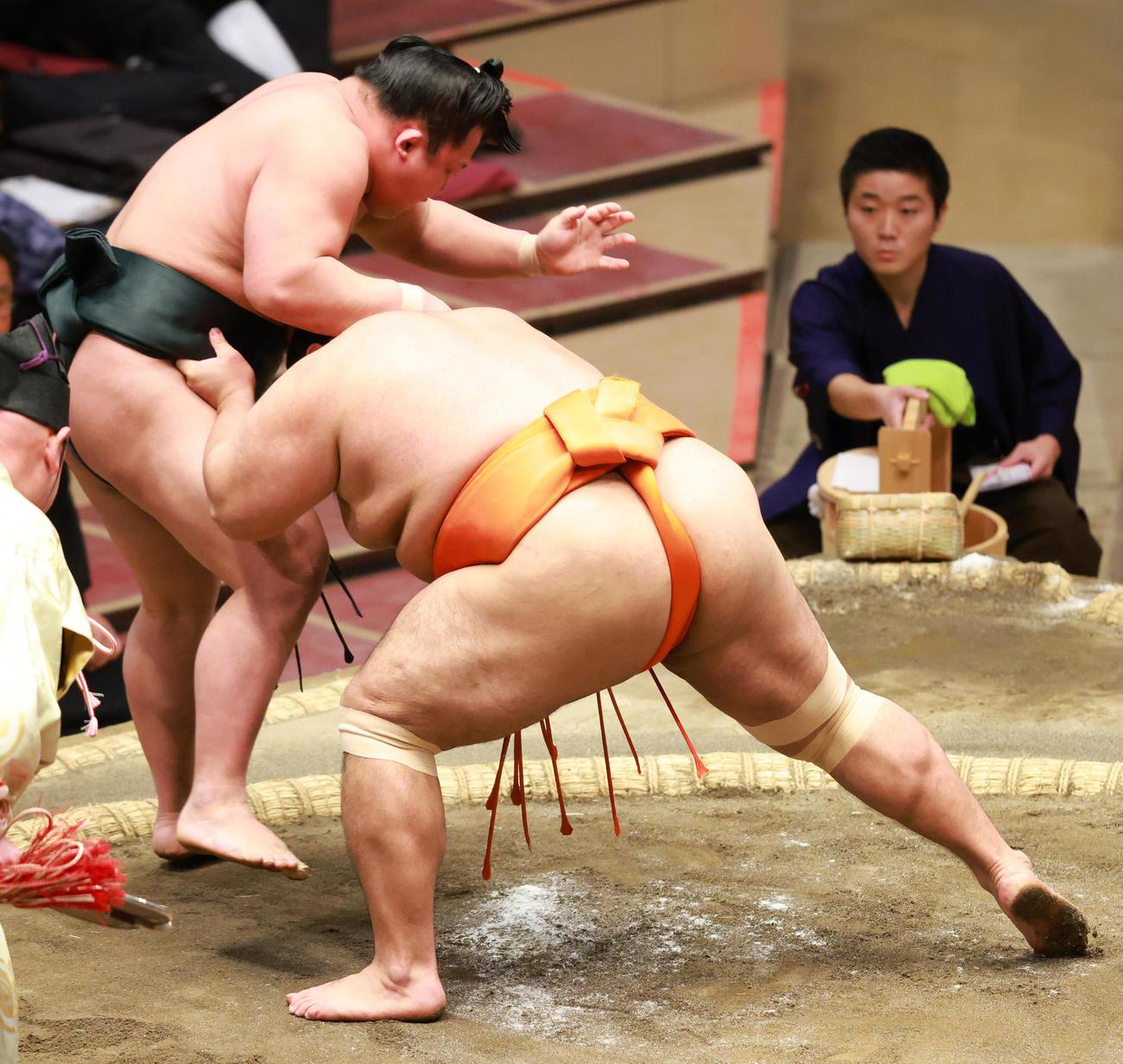 翠富士(左)を寄り切りで破る志摩ノ海(撮影・中島郁夫)