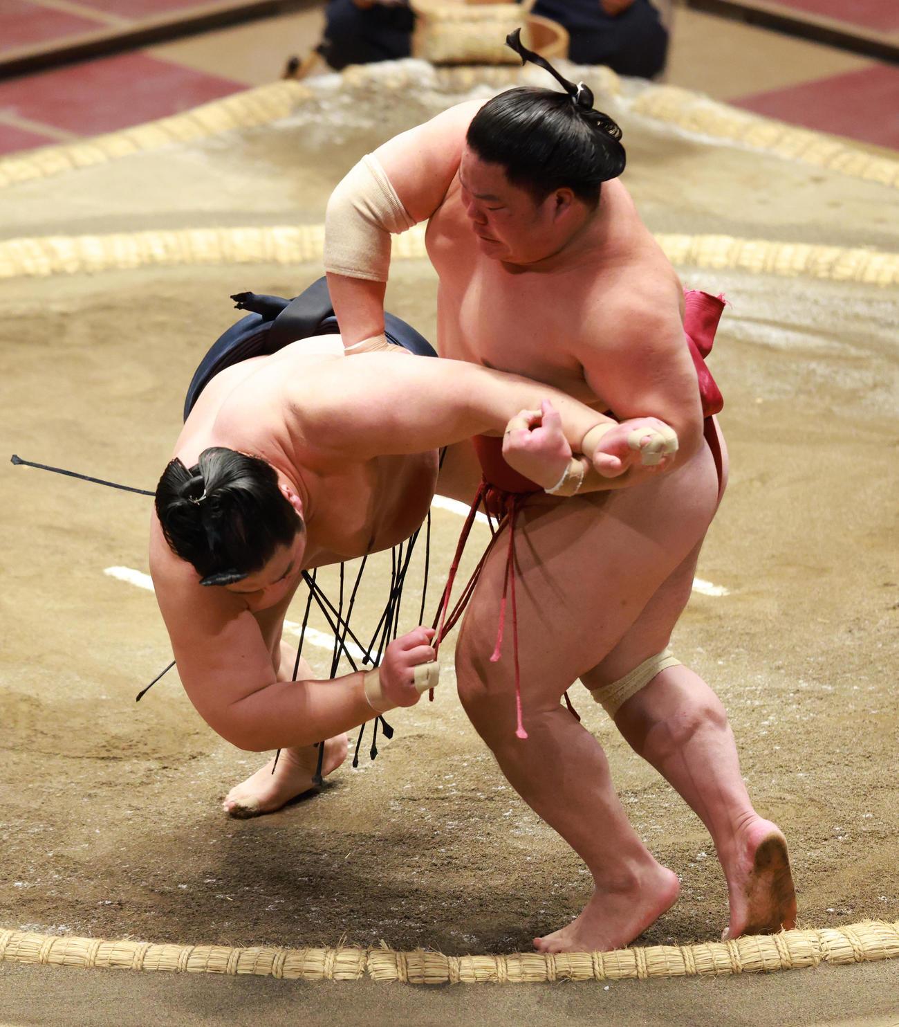 輝(左)の突き押しをかわしとったりで破る大栄翔(撮影・中島郁夫)