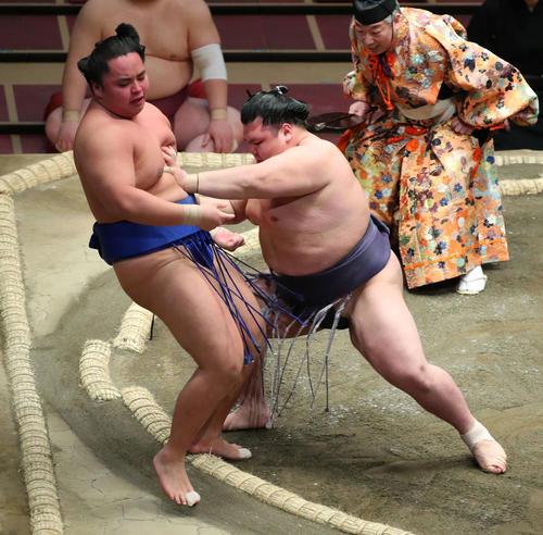 琴勝峰(左)を押し出しで破る阿武咲(撮影・河田真司)