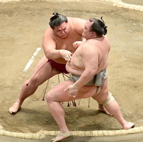 御嶽海(左)は北勝富士を押し出しで破る(撮影・小沢裕)