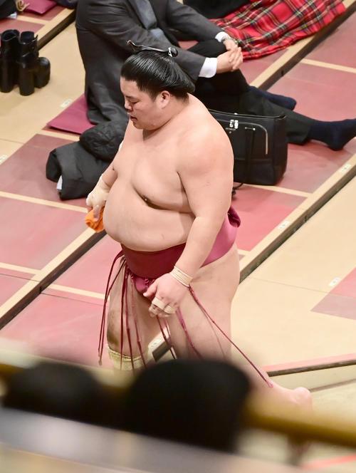 1敗を喫し花道を引き揚げる大栄翔(撮影・小沢裕)
