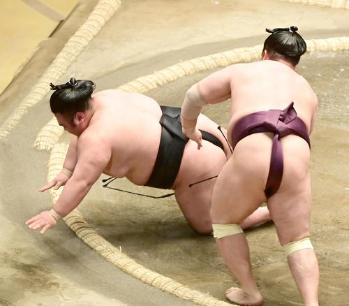 貴景勝(左)は遠藤に引き落としで敗れる(撮影・小沢裕)