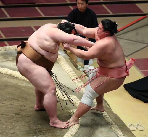 剣翔(左)に押し出しで敗れる宇良(撮影・河田真司)