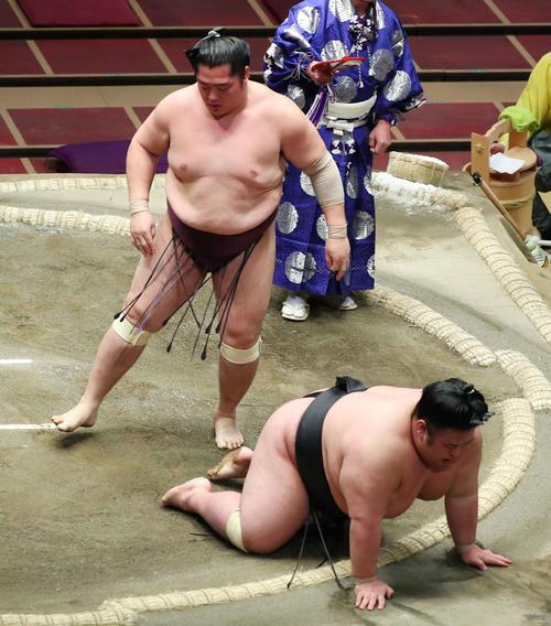 遠藤(左)に引き落としで敗れた貴景勝(撮影・河田真司)
