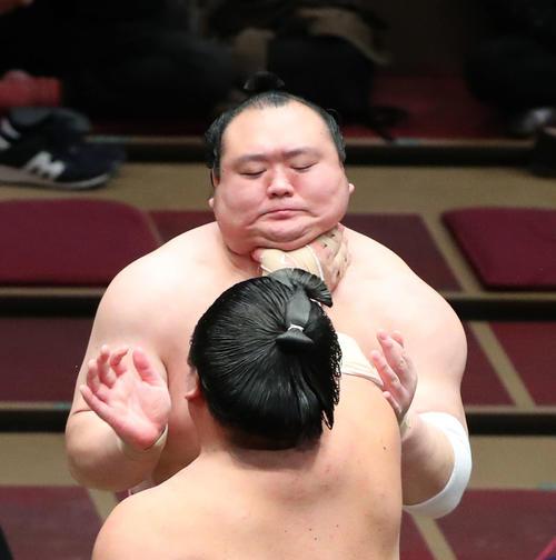 大栄翔(手前)ののど輪に耐える宝富士(撮影・河田真司)