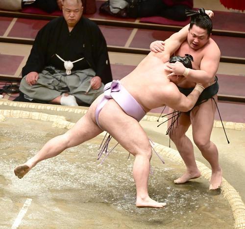 琴恵光(左)は翠富士を押し出しで破る(撮影・小沢裕)