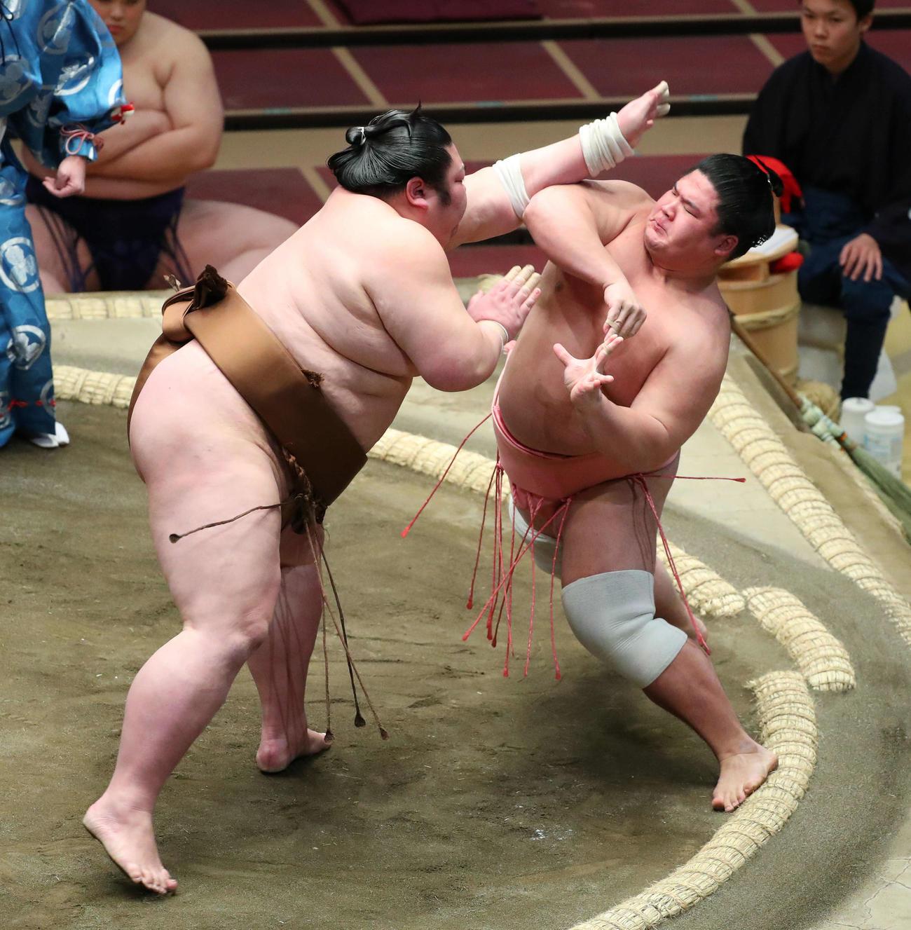 剣翔(左)の攻めに耐える宇良(撮影・河田真司)