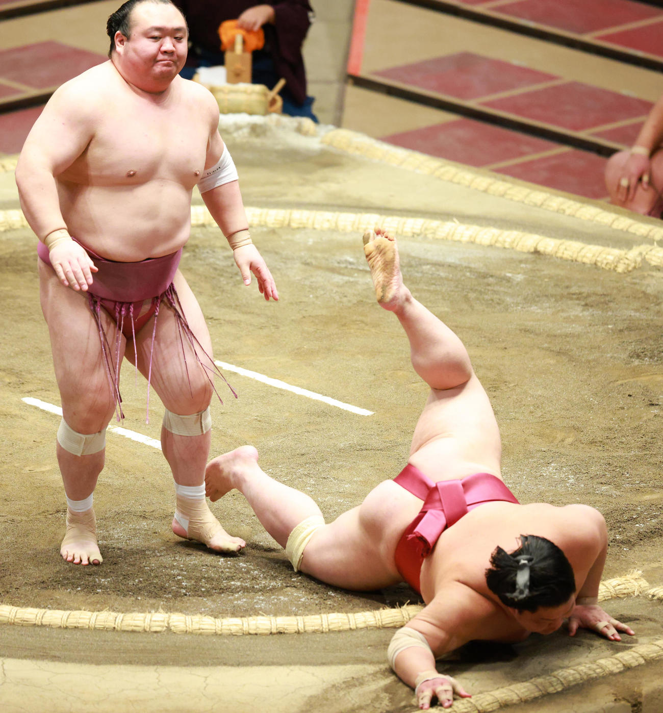 大栄翔(右)をはたき込みで破る宝富士(撮影・中島郁夫)