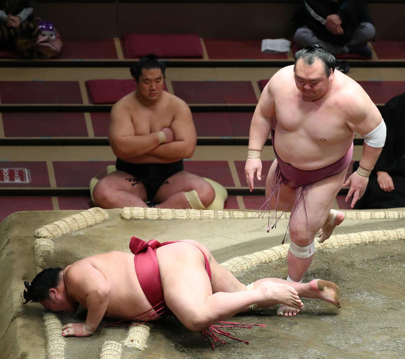 宝富士(右)にはたき込みで敗れる大栄翔(撮影・河田真司)
