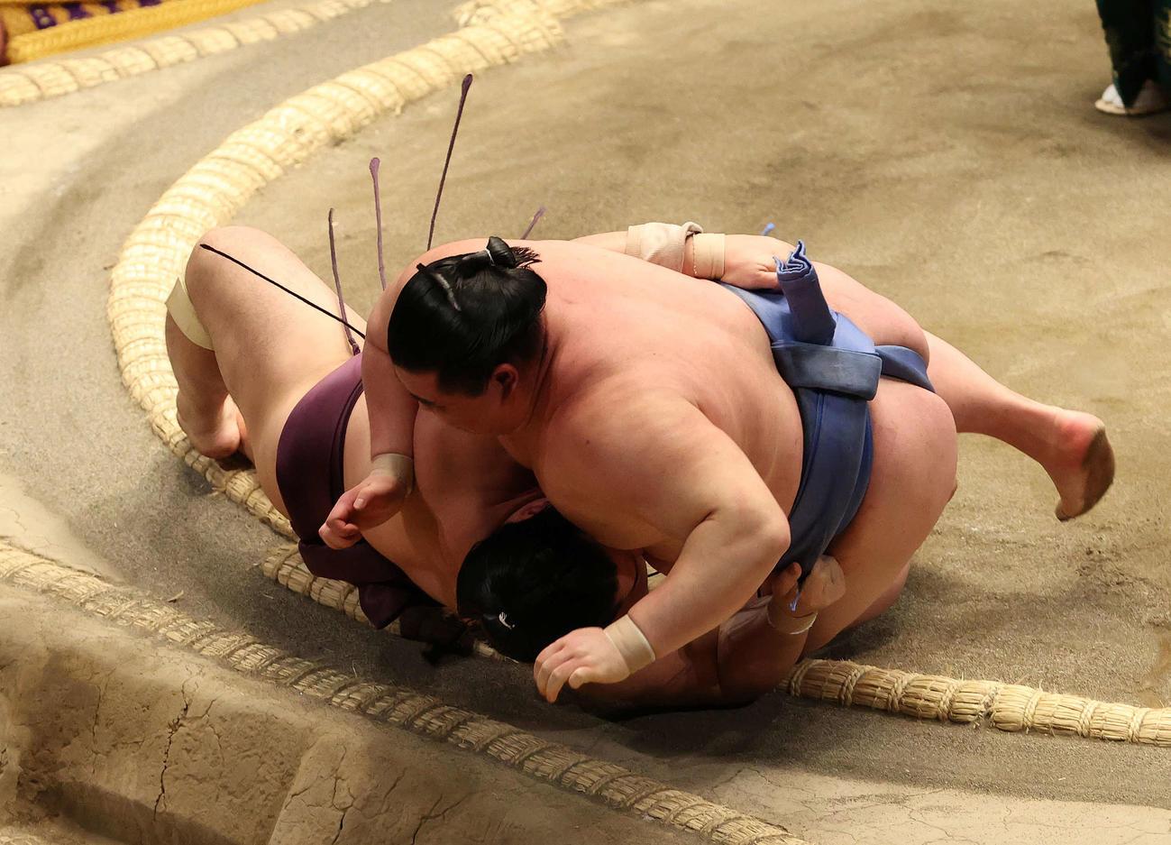遠藤(左)を突き落とす正代(撮影・河野匠)