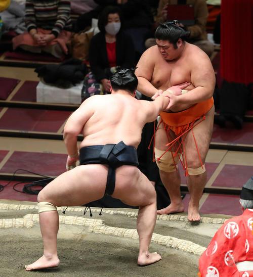 輝(左)に押し出しで敗れる志摩ノ海(撮影・河田真司)