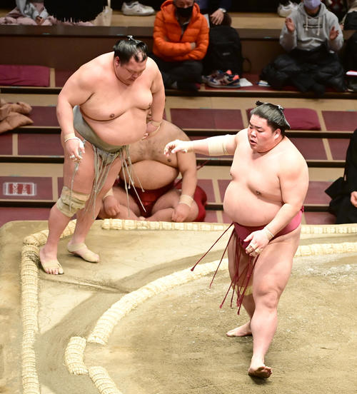 大栄翔(右)は突き出しで北勝富士を破る(撮影・小沢裕)