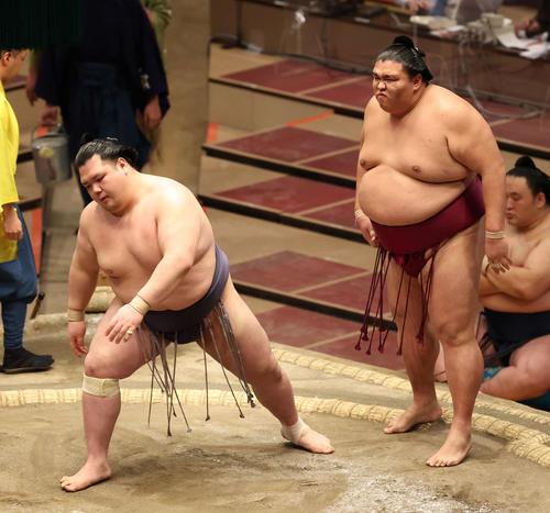阿武咲(左)を下した御嶽海(撮影・河野匠)