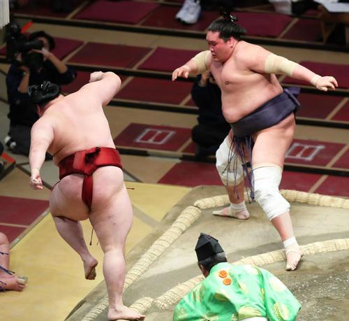 隆の勝(左)に突き落としで敗れる照ノ富士(撮影・河田真司)
