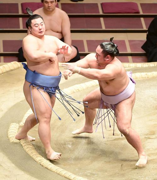 琴恵光(右)は押し出しで翔猿を破る(撮影・小沢裕)