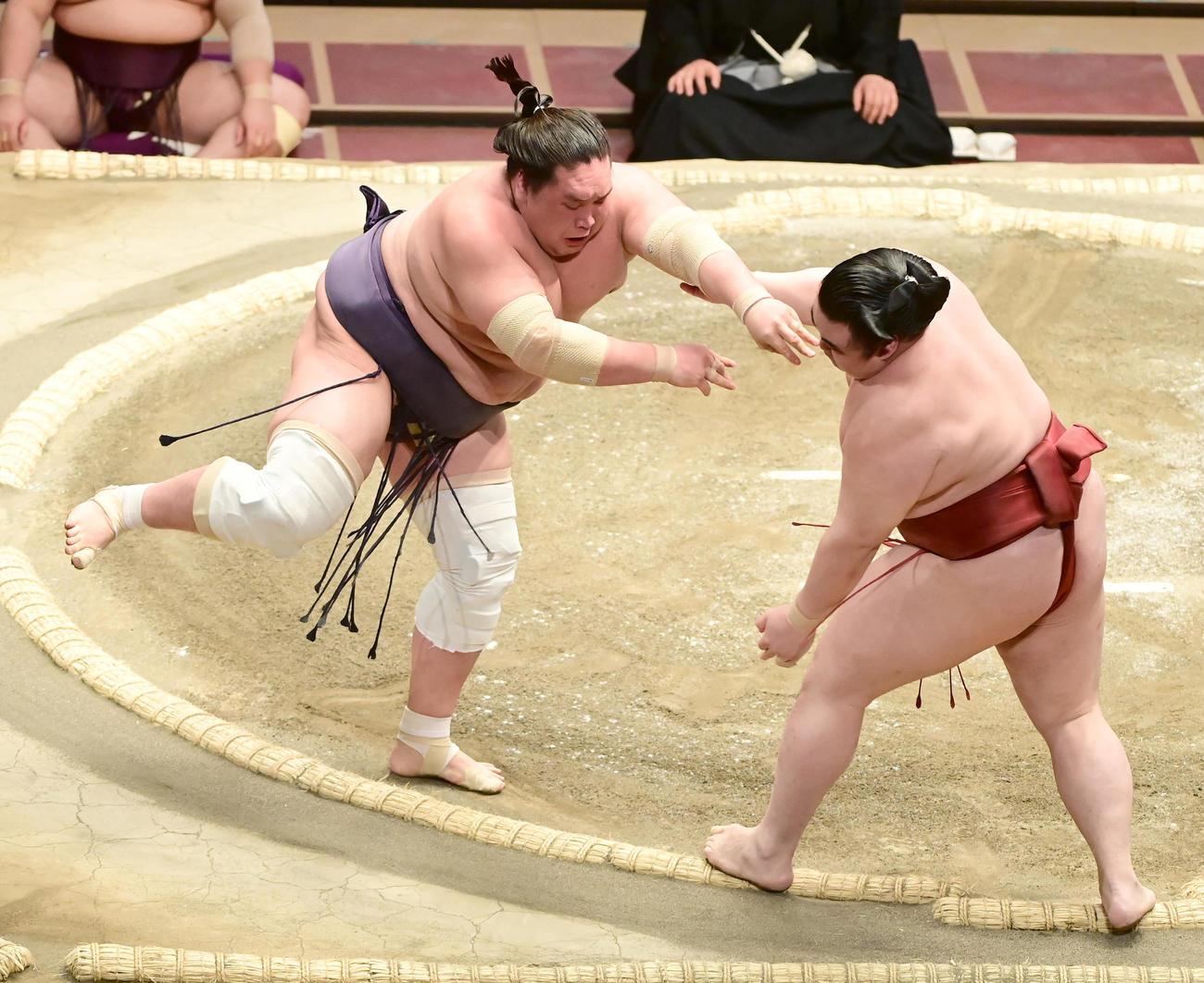 隆の勝(右)は照ノ富士の突き押しを土俵際でこらえる(撮影・小沢裕)