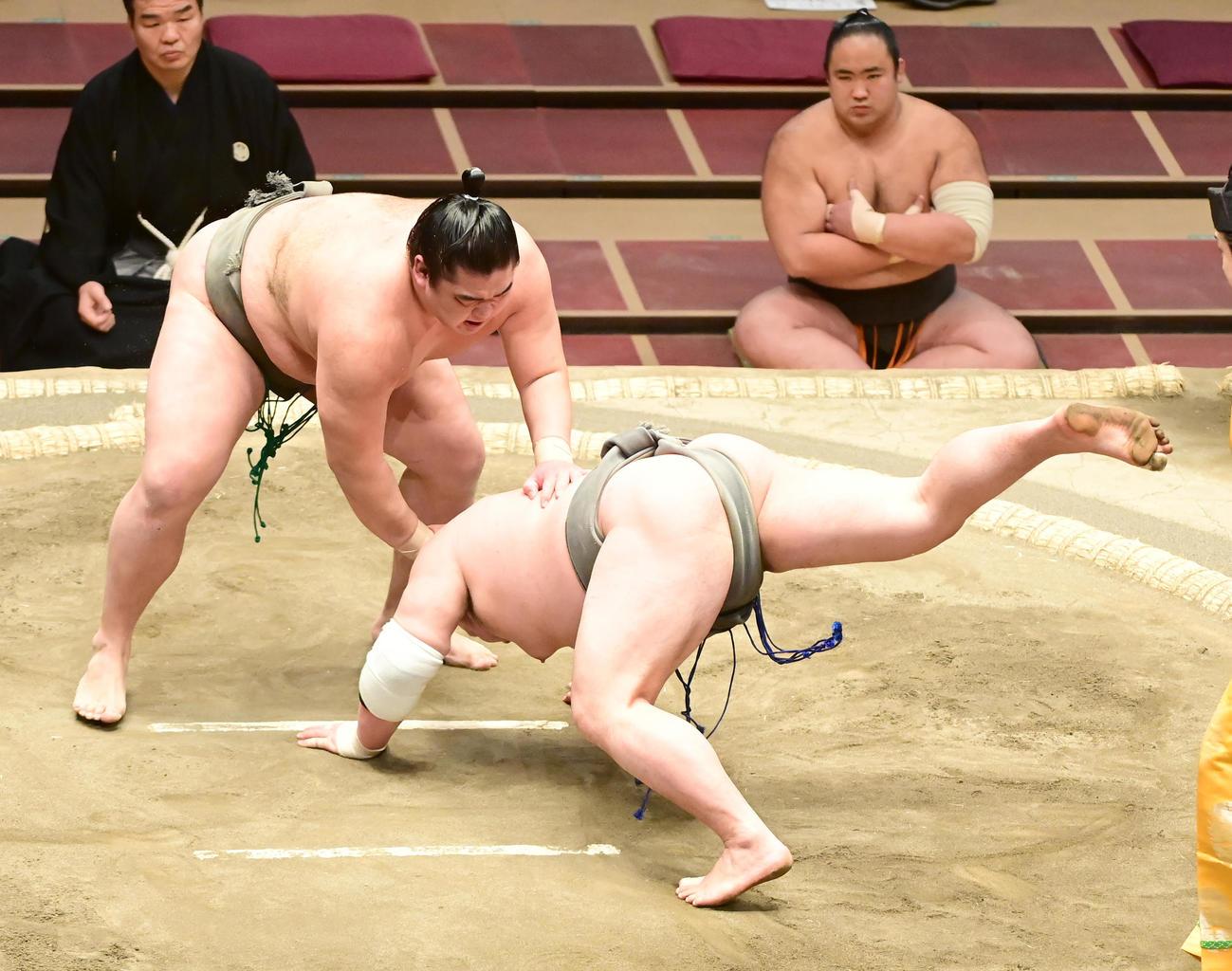 湘南之海(左)は朝玉勢をはたき込みで破る(撮影・小沢裕)