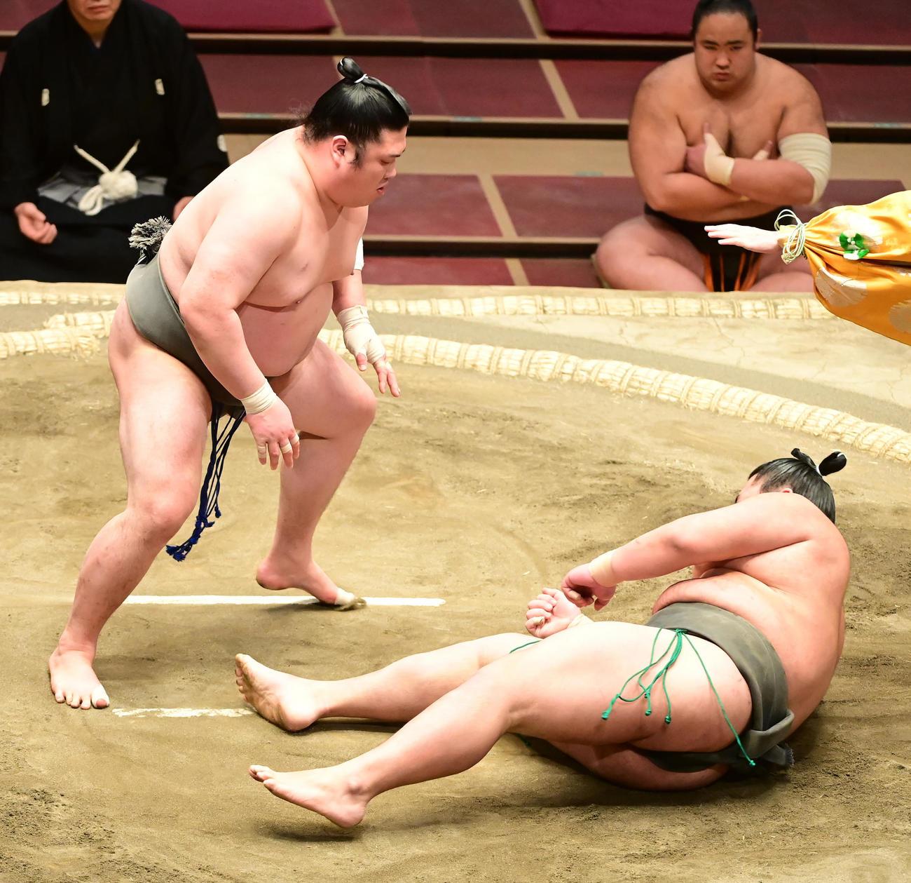 朝玉勢(左)と頭突きとなった湘南之海は脳振とうで倒れる(撮影・小沢裕)