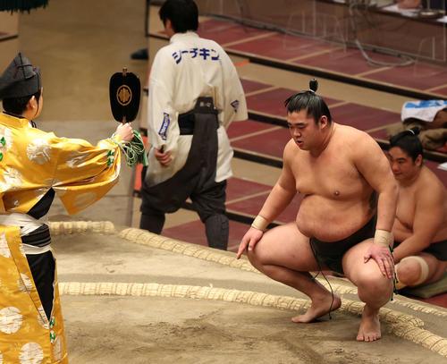 朝玉勢との最初の立ち合いでフラフラになった湘南乃海だが勝利で終えた(撮影・河野匠)