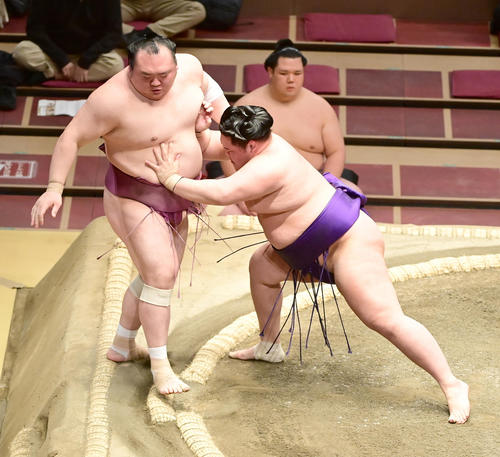 明生(右)は宝富士を押し出しで破る(撮影・小沢裕)