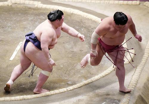 阿武咲(左)に突き落としで敗れた大栄翔(撮影・江口和貴)