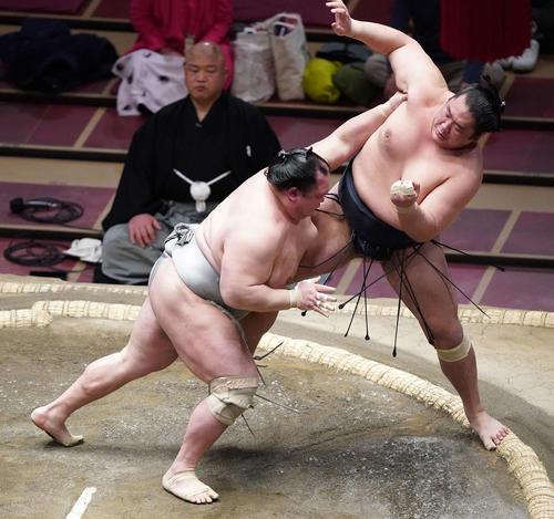 輝(右)を押し出しで破る北勝富士(撮影・江口和貴)