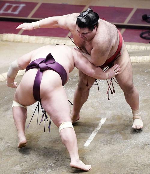 遠藤(左)をはたき込みで破る高安(撮影・江口和貴)
