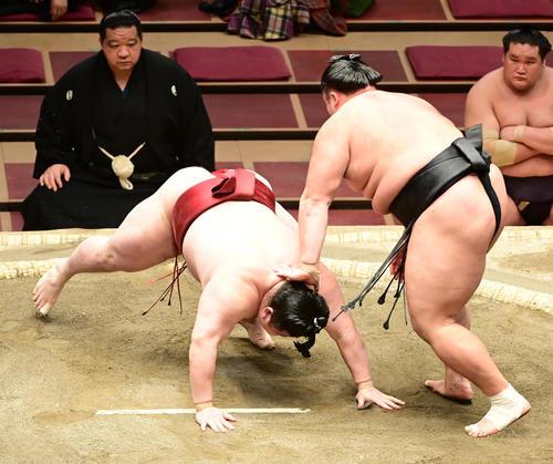 隆の勝(左)をはたき込みで破る朝乃山(撮影・小沢裕)