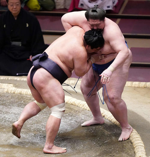 志逸ノ城(右)を寄り切りで破る妙義龍(撮影・江口和貴)