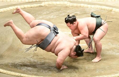 翠富士(右)は徳勝龍を肩すかしで破る(撮影・小沢裕)