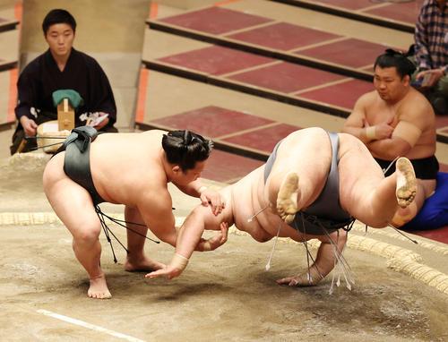 徳勝龍(右)を肩すかしで破る翠富士(撮影・河野匠)