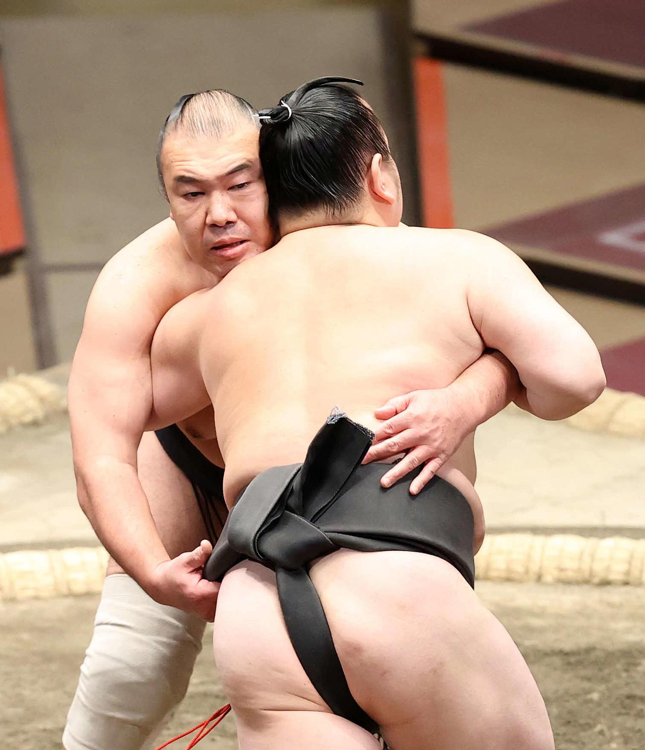 桜(右)を攻める華吹(撮影・鈴木正人)