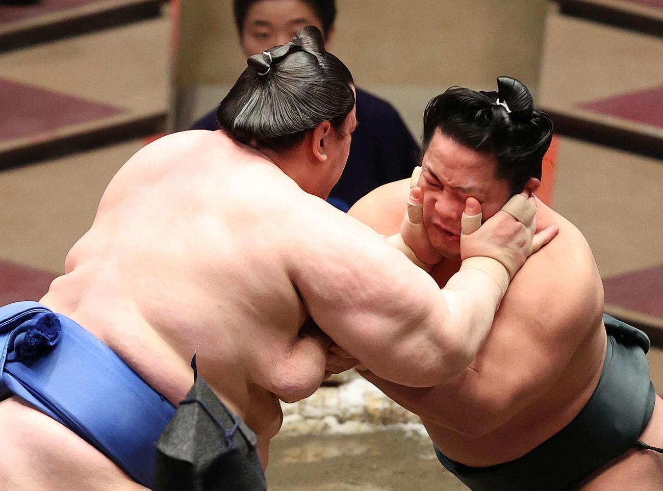 碧山(左)の攻めを耐える翠富士(撮影・河野匠)