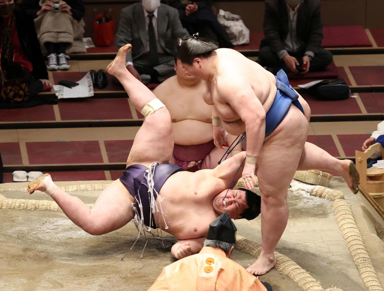 阿武咲(左)をはたき込みで破る逸ノ城(撮影・鈴木正人)