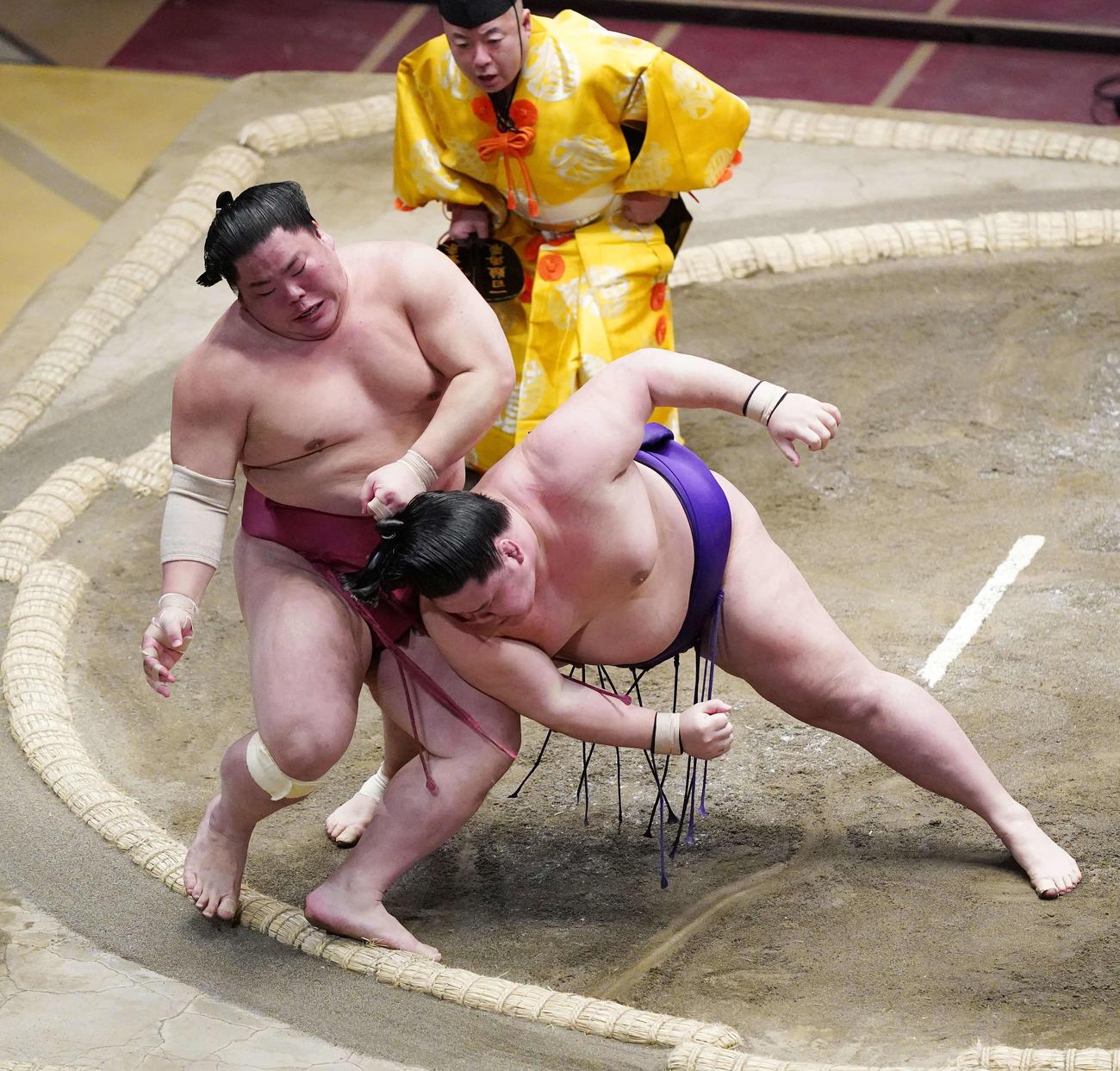 明生(右)の攻めに土俵際で残る大栄翔(撮影・江口和貴)